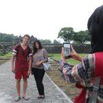 Berfoto di atu Boko Bersama Turis Manca
